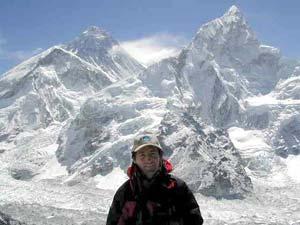 Mikel Zabalza, de la expedición Retena Odisea, con el Everest y el Nuptse a la espalda (foto enviada por teléfono satélite)