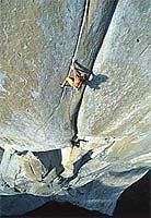 Alex Huber escala en libre una de las fisuras de la Salathé (Foto: www.berghaus.com)