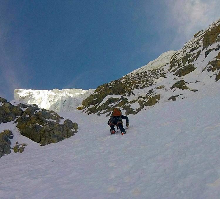 Escalando en libre bajo los seracs en el Nevado Paca. Foto: Pablo Laumann