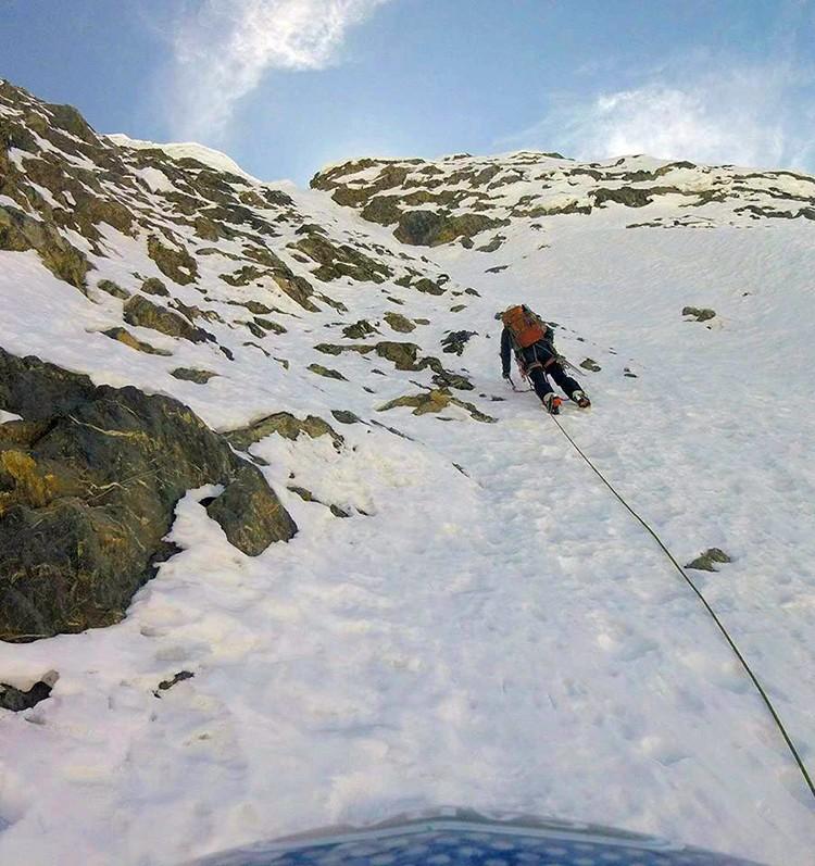 Escalando en libre bajo los seracs en la pared del Nevado Paca. Foto: Pablo Laumann