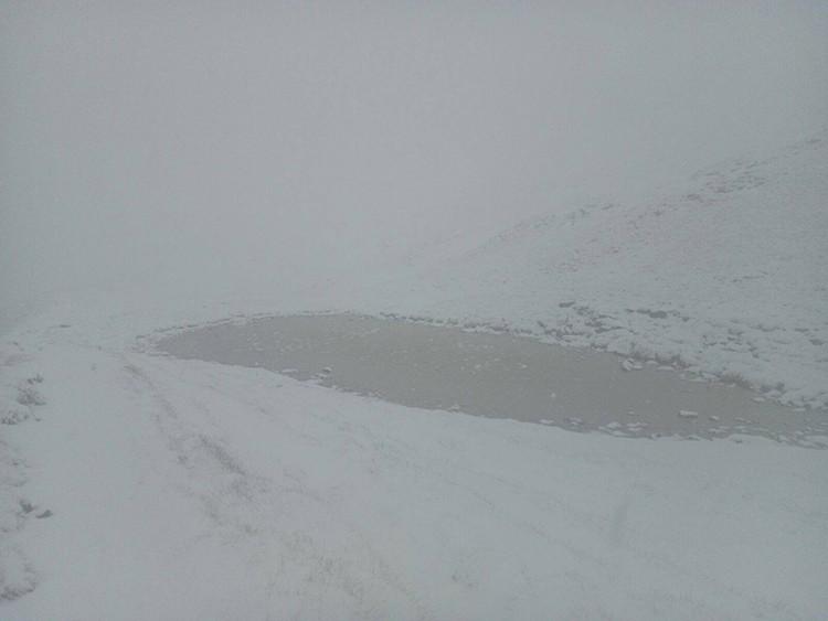 Día después de la Trail2Heaven. Una fuerte nevada acompaña a los voluntarios de limpieza
