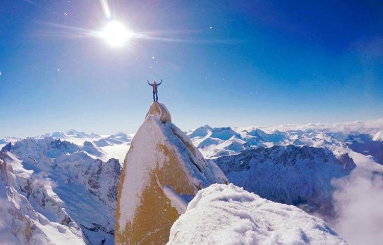 Markus Pucher en la cima de la Aguja Guillaumet, Patagonia. Foto: Markus Pucher