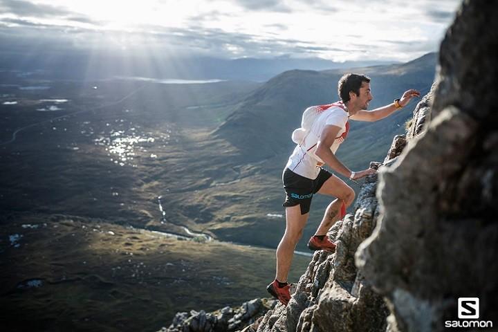 Kilian Jornet, en una de las aristas de la Glen Coe Skyline. Foto: Jordi Saragossa, Salomon