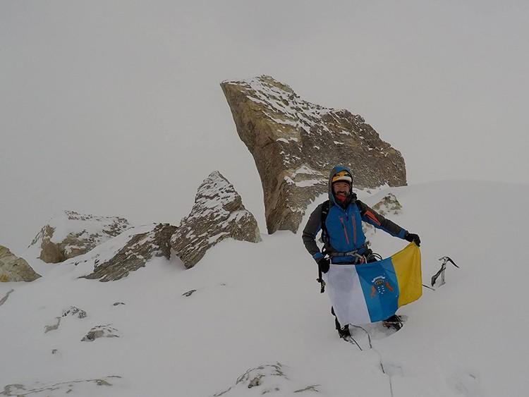 Juan Diego Amador, en la cumbre del Pico Islas Canarias, al amanecer