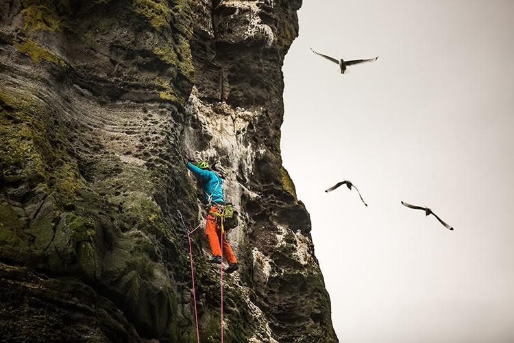 Alpinismo marítimo en las Islas Feroe para Pearson, Wright y Hirayama. Foto: The North Face