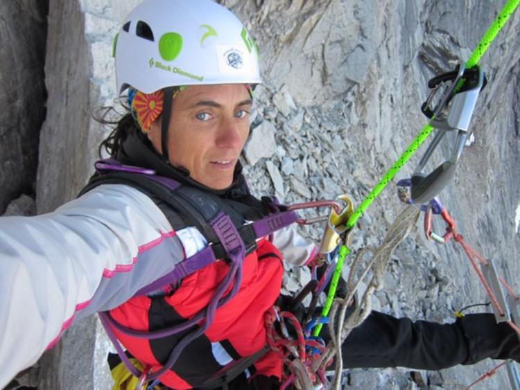 Sílvia Vidal, ascendiendo por las cuerdas fijas. Foto: Sílvia Vidal