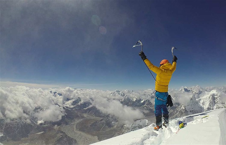 Jost Kobusch en la cima delNangpai Gosum II. Foto: Jost Kobusch