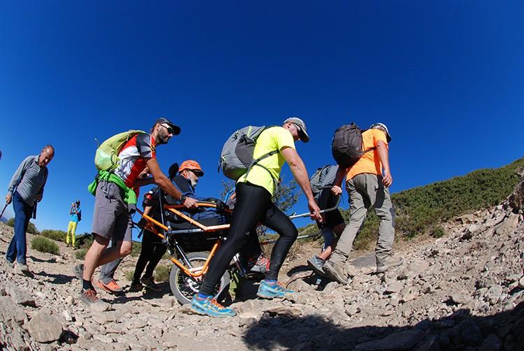 Los amigos, el Joëlette, y su propio esfuerzo permiten a Basilio García volver a sus cumbres