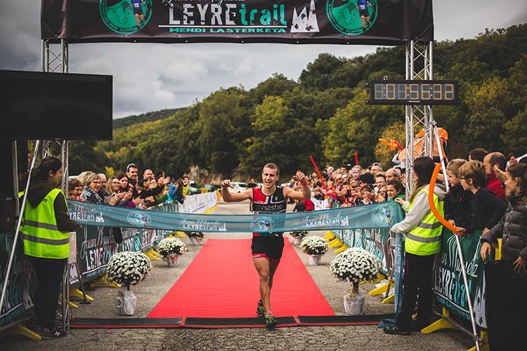 Xabier Macias entra vencedor en meta, Juan Miguéliz Leyre Trail