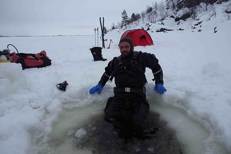 Paco Acedo, buceando bajo el hielo en el Lago Inari
