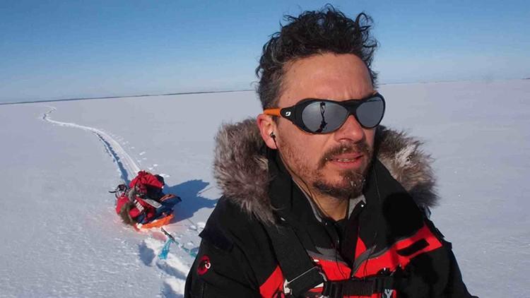 Paco Acedo, con su pulka en el Lago Inari