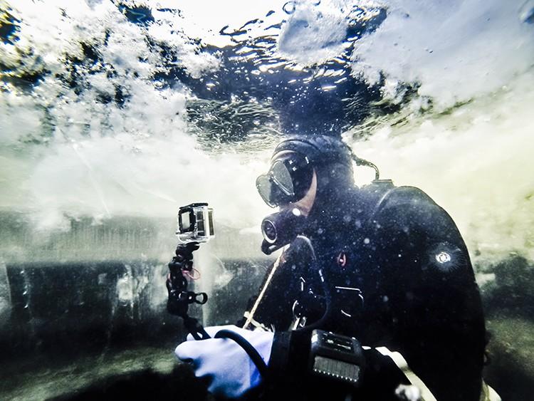 Bajo el hielo en el Lago Inari