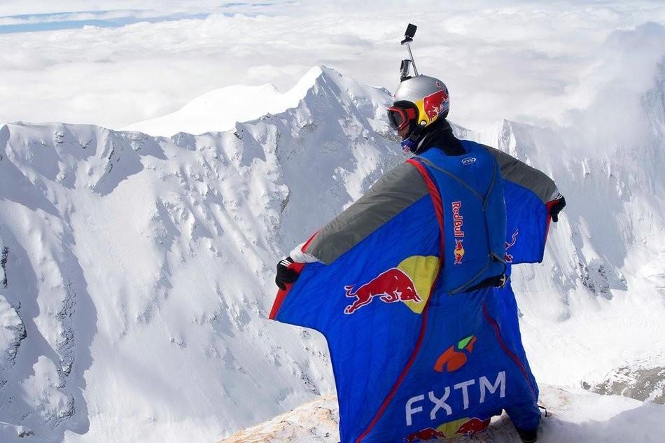 Valery Rozov, a punto para saltar desde 7.700m en el Cho Oyu. Foto: Redbull Content Pool