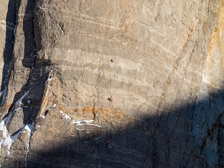 Escalando en roca en la parte superior de Har Har Mahadev, Cerro Kishtwar. Facebook Thomas Huber