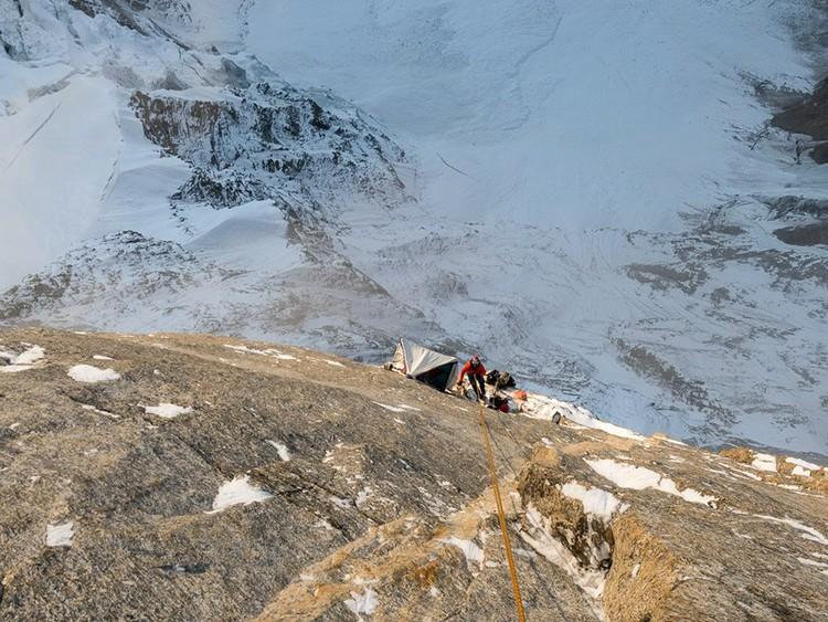 Con las hamacas en la parte superior de Har Har Mahadev, Cerro Kishtwar. Facebook Thomas Huber