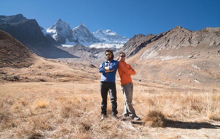 En el valle, con el Rungofarka al fondo, Alan Rousseau y Tino Villanueva