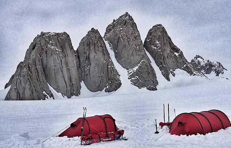 Spectre Peaks, agujas que salen del hielo en la Antártida. Foto: Berghaus, Houlding, Burgun, Sedon
