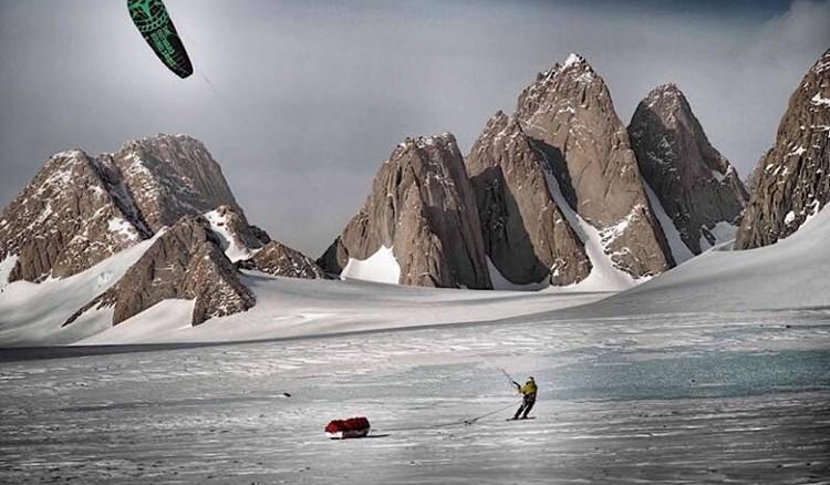 Con las pulkas y los kites, cerca ya de los Spectre Peaks. Foto: Berghaus, Houlding, Burgun, Sedon