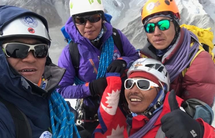 Los 4 montañeros nepaleses, en la cumbre del Langdung