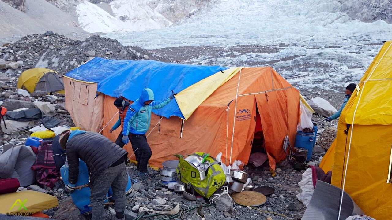 Montando el campo base invernal del Everest