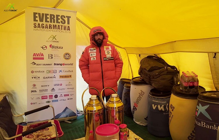 Alex Txikon, en el campo base del Everest invernal 2018