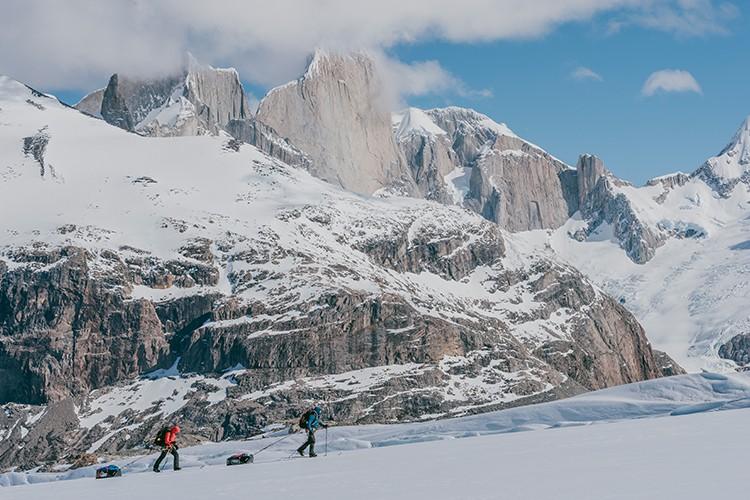 Grandes paredes patagónicas en el camino del Volcán Lautaro. Foto: José Allende
