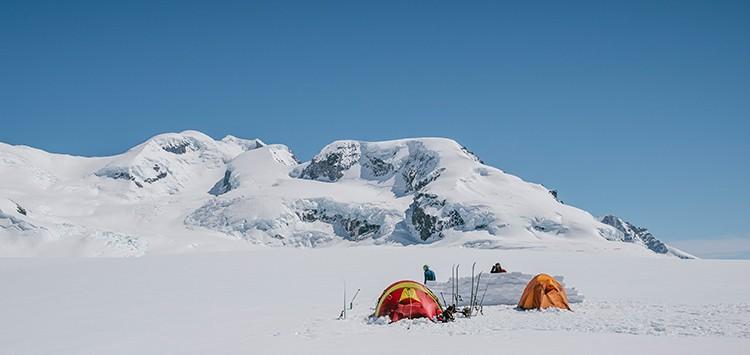 Campamento bajo el volcán Lautaro. Al fondo, la vía de subida. Foto: José Allende