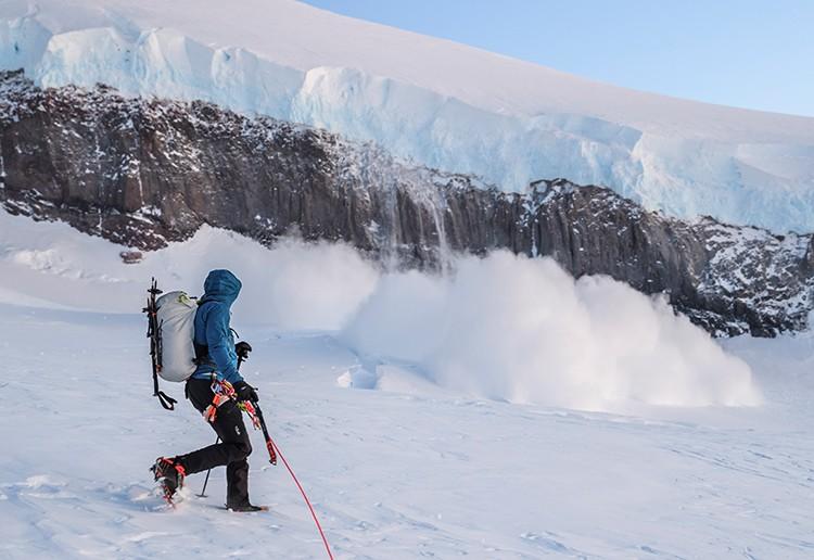 Avalancha cayendo del serac, en el ascenso al Volcán Lautaro. Foto: José Allende