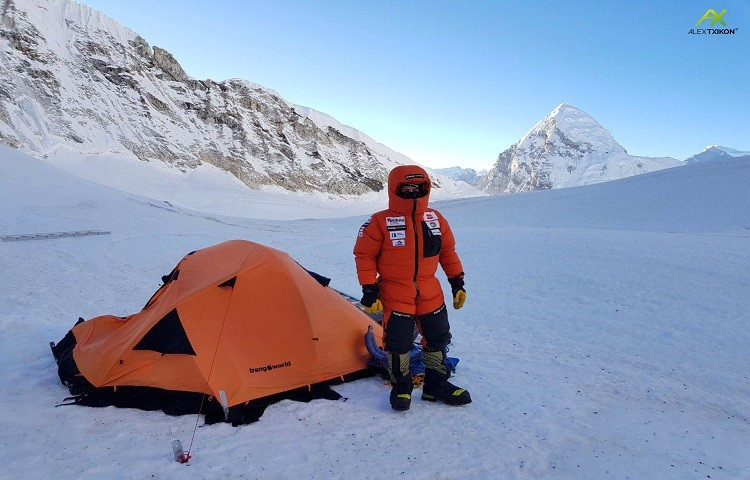 Alex Txikon, en el campo 1 del Everest