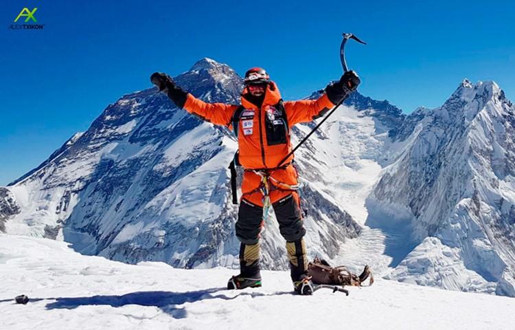 Alex Txikon, en la cima del Pumori: Detrás: Everest, Lhotse, Cascada del Khumbu, Nuptse