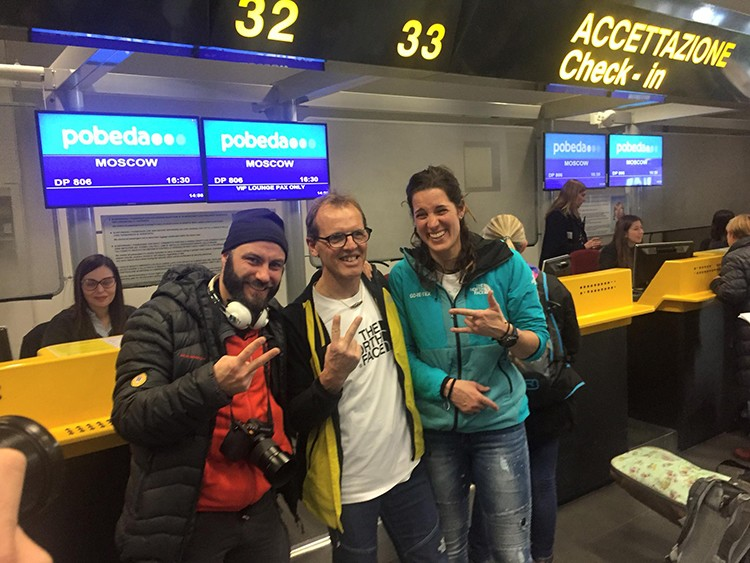 Matteo Zanga, Simone Moro y Tamara Lunger, ayer en el aeropuerto, partiendo hacia Rusia