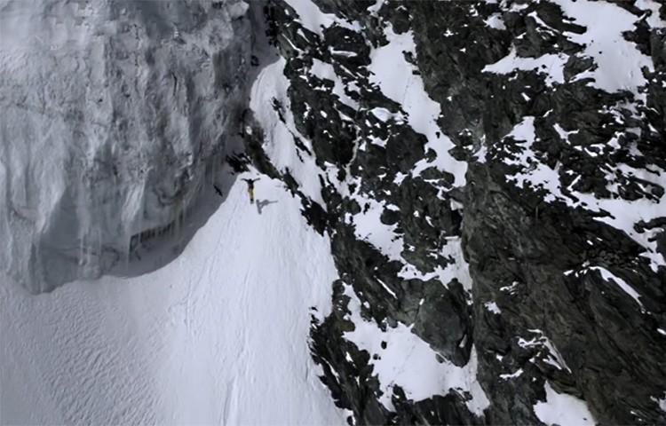 Xavier De Le Rue, técnica de saltos con la tabla de snowboard en montaña
