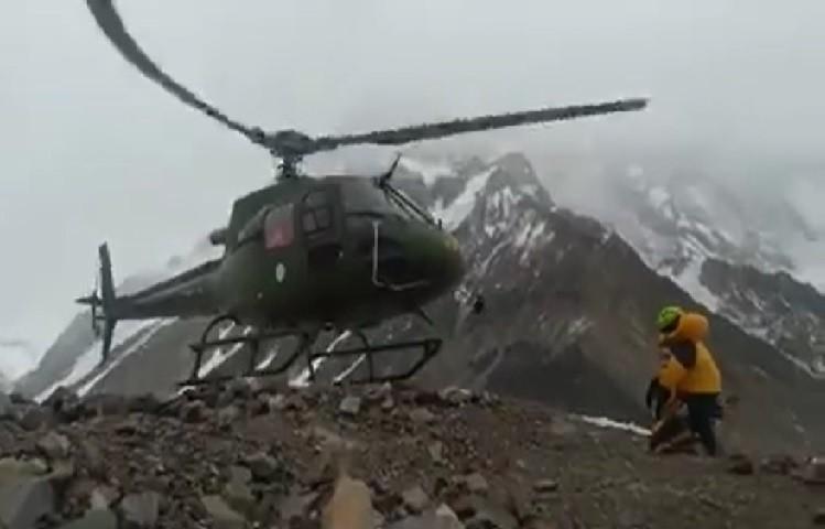El helicóptero de rescate despega. Foto: Expedición Polaca K2