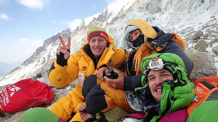 Denis Urubko, Elisabeth Revol y Adam Bielecki, tras descender el muro Kisnhofer en el Nanga Parbat.