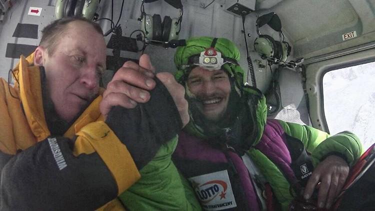Denis Urubko y Adam Bielecki, en el helicóptero de vuelta a Skardu. Foto: Adam Bielecki