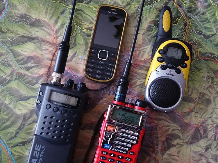 No es mala idea emplear un móvil clásico para montaña; su batería dura muchísimo más