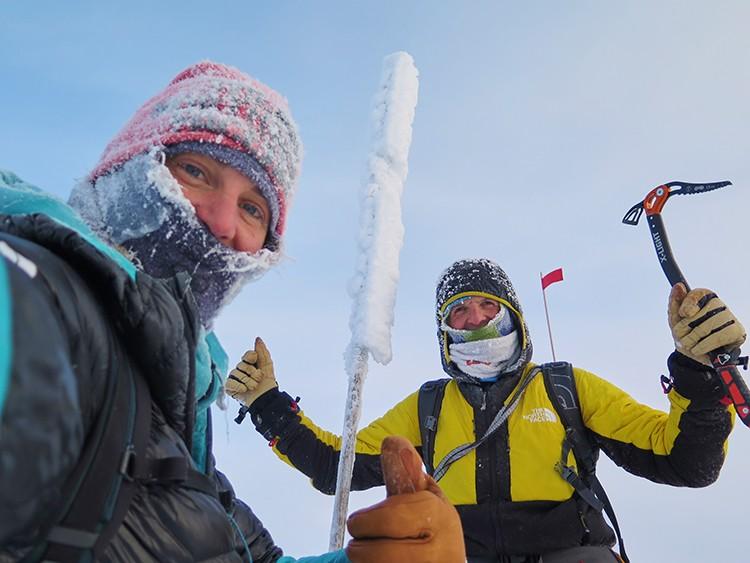 Simone Moro y Tamara Lunger, en la cima del Pik Pobeda. Foto: Simone Moro-Tamara Lunger, TNF