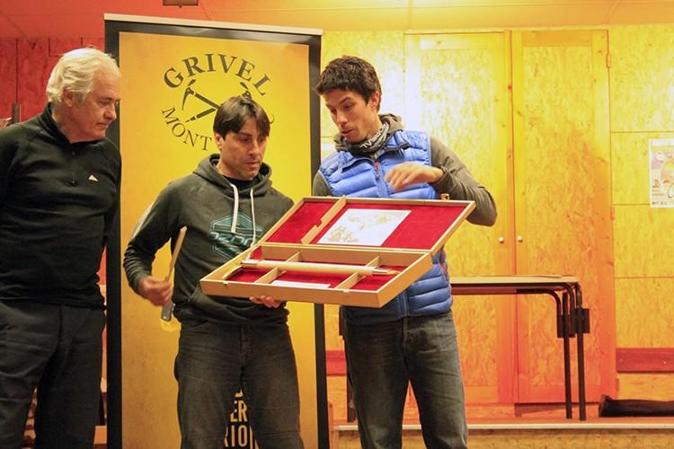 Entrega Piolet de Oro a José Isidro Gordito por parte de Manu Córdova. Foto: FEDME