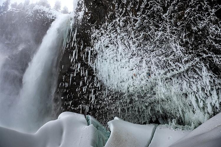 Dani La Cascada de Helmcken Falls. Puede verse a Arnold y su compañero perdidos entre los carámbanos. Foto: Thomas Senf