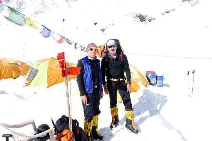 Peter Hamor y Horia Colibasanu, en el campo base del Manaslu