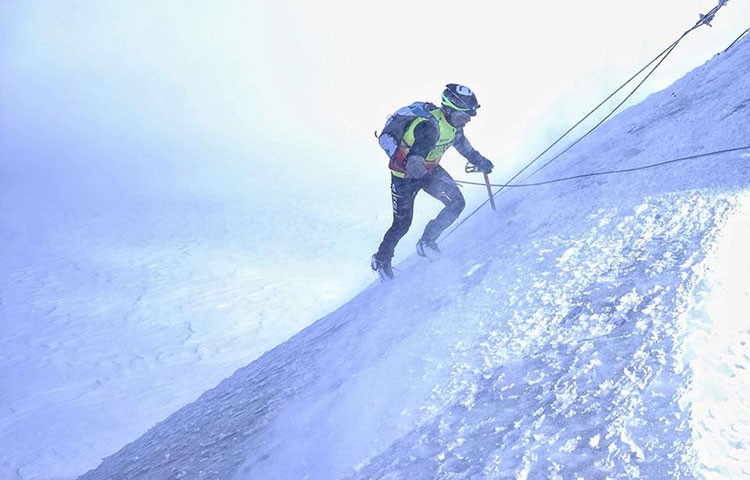El italiano Nico Valsesia, hacia cima. Foto: Facebook Nico Valsesia