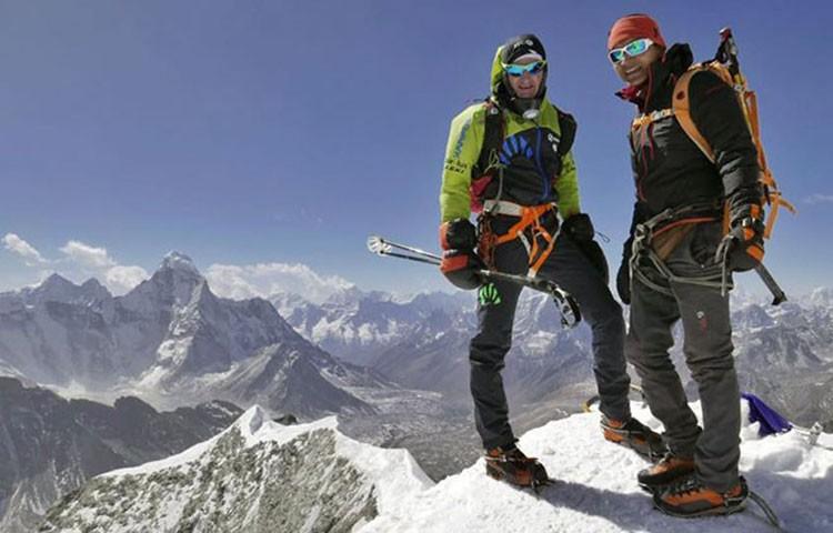 Ueli Steck y Tenji Sherpa, en la cima del Island Peak en el invierno 207, durante su aclimatación