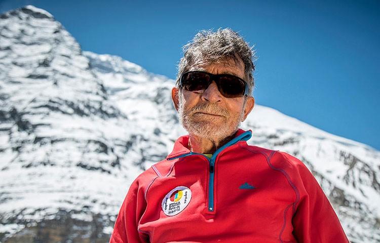 Carlos Soria bajo el Dhaulagiri; comienza la expedición