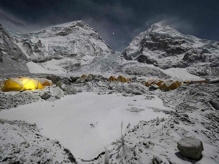 Javier Camacho, campo base de Everest al atardecer