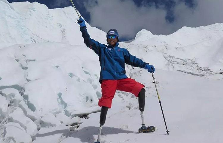 Xia Boyu, 70 años, doble amputado, cima en Everest. Foto: Mingma G Sherpa