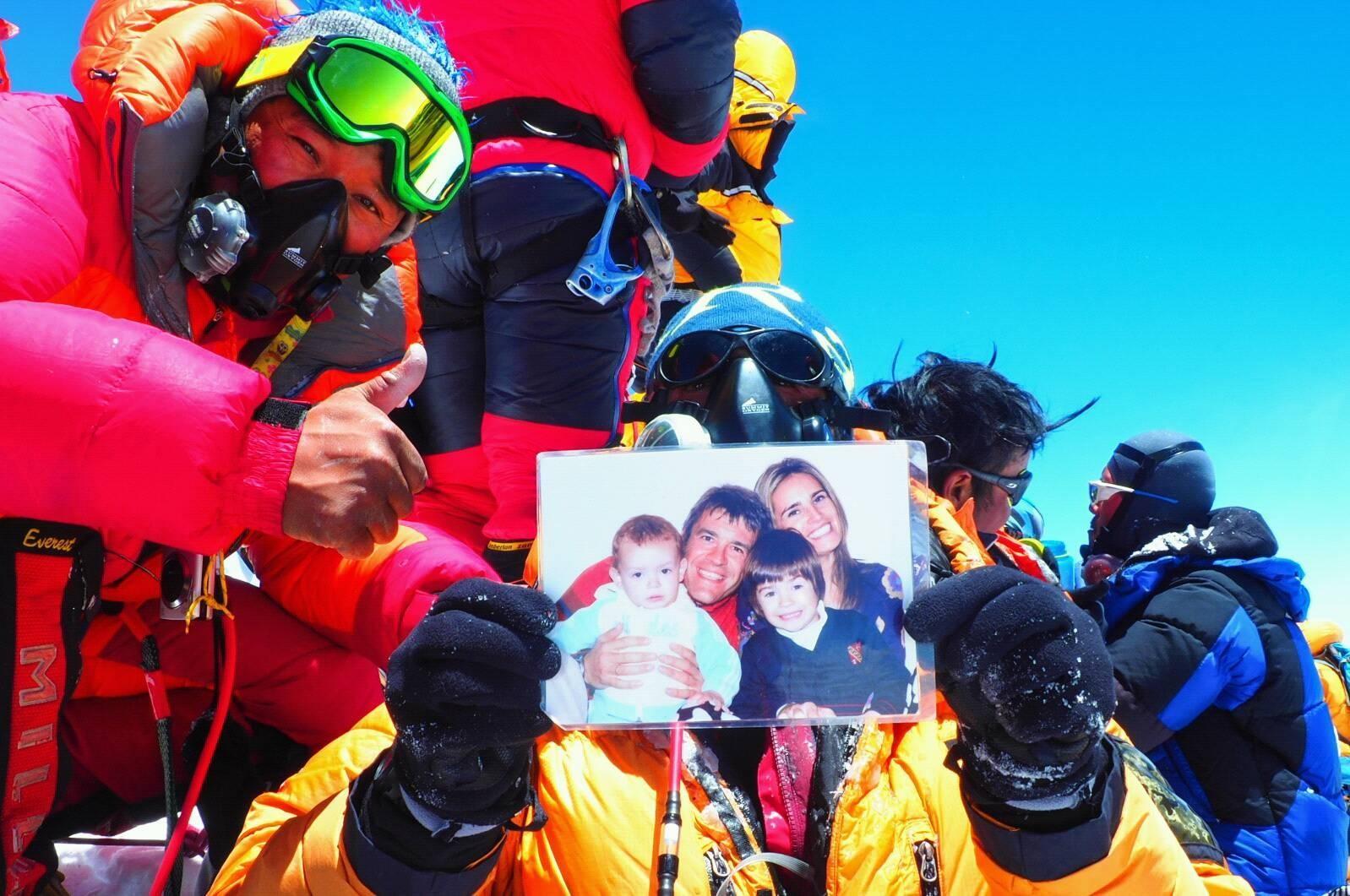 Javier Camacho, en la cima del Everest, siempre con su familia. OLYMPUS OMD EM1 MK ii