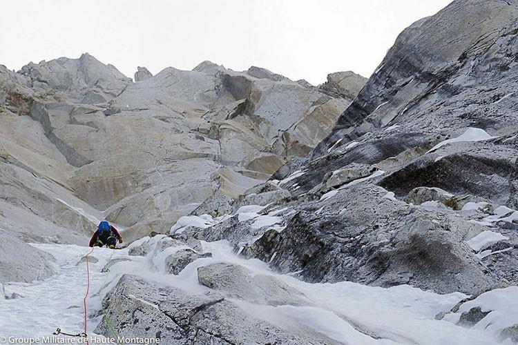 Los miembros del GMHM de Chamonix, escalando en el Changabang