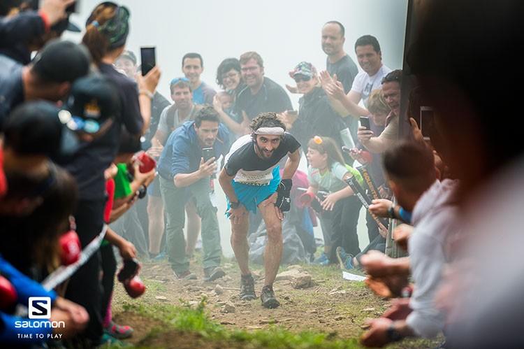 Aritz Egea disfruta de los espectadores que le animaban a su paso por Sancti Spiritu / foto: Aritz G