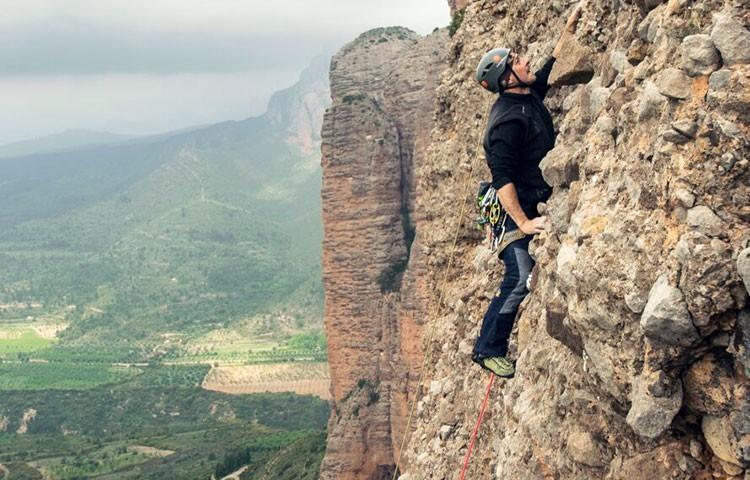 Chabi Sánchez, escalando en Riglos durante el proyecto Galliguera9000