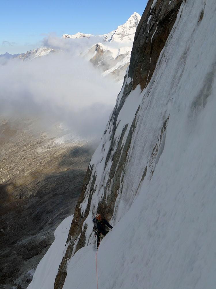 Escalando en el Taillaraju. Hielo. Foto: Navarrete-Morales